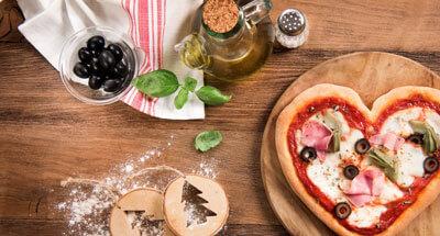 Pizza în formă de inimă cu șuncă, măsline negre și anghinare - Galbani